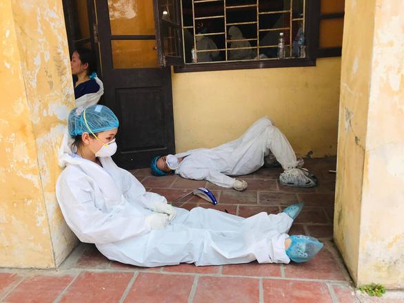 2 bác sĩ kiệt sức đổ gục khi lấy mẫu test COVID-19 giữa trưa nóng - Ảnh 4.