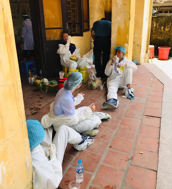 2 bác sĩ kiệt sức đổ gục khi lấy mẫu test COVID-19 giữa trưa nóng - Ảnh 5.