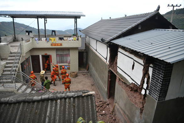 Sau động đất mạnh ở Trung Quốc: Người chết, cầu sập, nhà cửa hư hại - Ảnh 2.