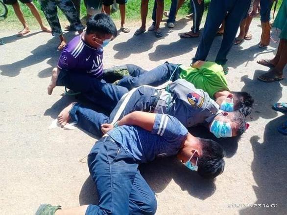 Nghi vấn lực lượng nổi dậy giết 13 cảnh sát ở Myanmar - Ảnh 1.