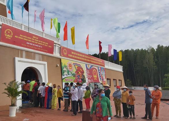 Cử tri bỏ phiếu bầu dưới cột cờ Hà Nội ở cực Nam Tổ quốc - Ảnh 2.