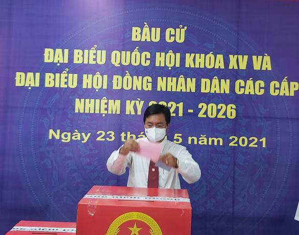 Cử tri bỏ phiếu bầu dưới cột cờ Hà Nội ở cực Nam Tổ quốc - Ảnh 1.