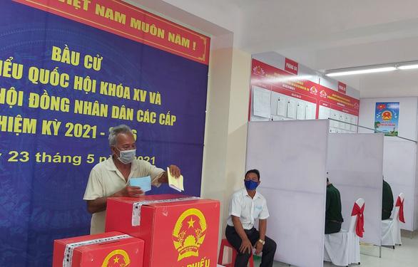 Cử tri bỏ phiếu bầu dưới cột cờ Hà Nội ở cực Nam Tổ quốc - Ảnh 3.