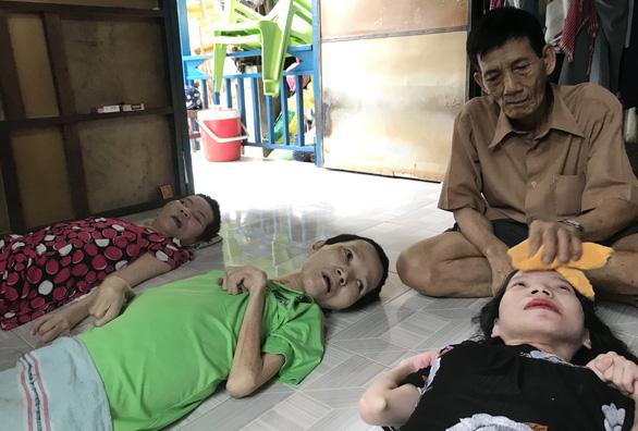Thương con ai kể tháng ngày - Kỳ 2: Gà trống nuôi 3 người con bị chất độc da cam - Ảnh 3.