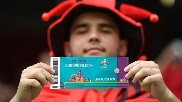 Các CĐV phải trải qua những gì để được vào sân xem Euro 2020? - Ảnh 3.