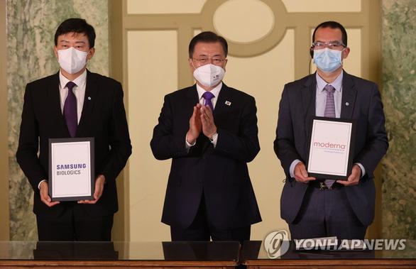 Mỹ, Hàn Quốc ký thỏa thuận sản xuất vắc xin Moderna - Ảnh 1.