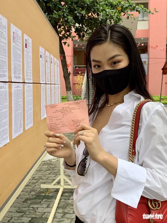 Hoa hậu Tiểu Vy, á hậu Diễm Trang, hoa khôi Thúy Vi háo hức đi bầu cử - Ảnh 4.
