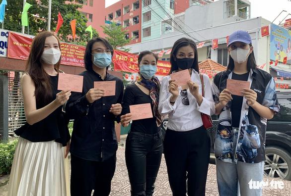 Hoa hậu Tiểu Vy, á hậu Diễm Trang, hoa khôi Thúy Vi háo hức đi bầu cử - Ảnh 1.