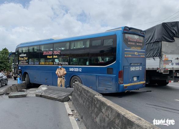 Xe khách tông sập 3 dải phân cách, xe ùn ứ dài 3km trên quốc lộ 1 - Ảnh 1.