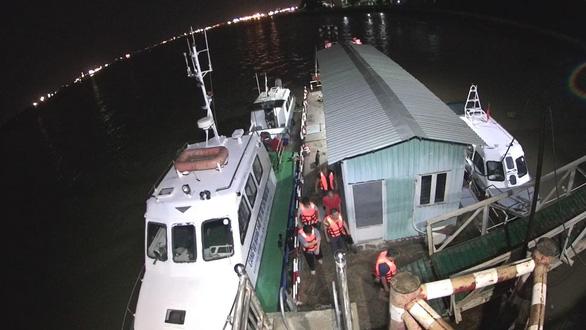 Chìm tàu cao tốc trên sông Nhà Bè, cứu được thuyền trưởng và 4 hành khách - Ảnh 1.