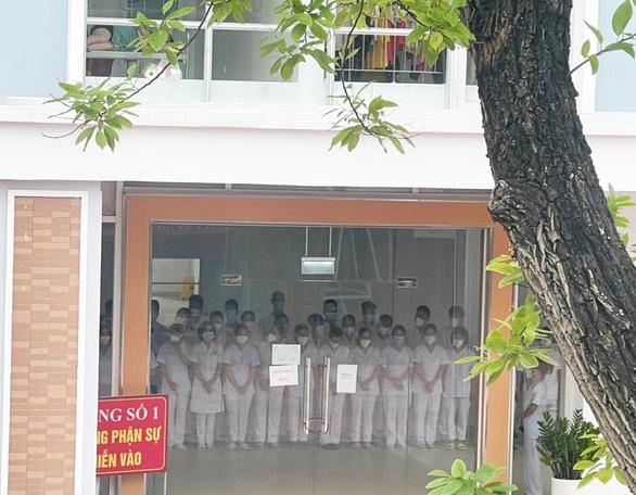Nữ nhân viên trong khu cách ly ở Bắc Giang không thể về chịu tang cha - Ảnh 2.
