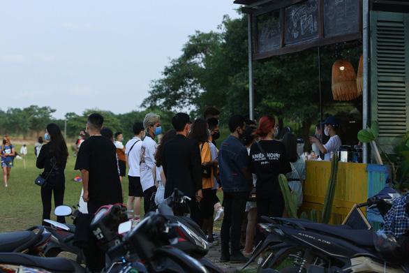 Phạt 17,5 triệu đồng chủ quán để khách tụ tập đông nghịt ở bãi đá sông Hồng - Ảnh 1.