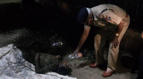 Bị bỏ rơi vì nghi mắc COVID-19, người phụ nữ Ấn Độ suýt thiệt mạng - Ảnh 1.