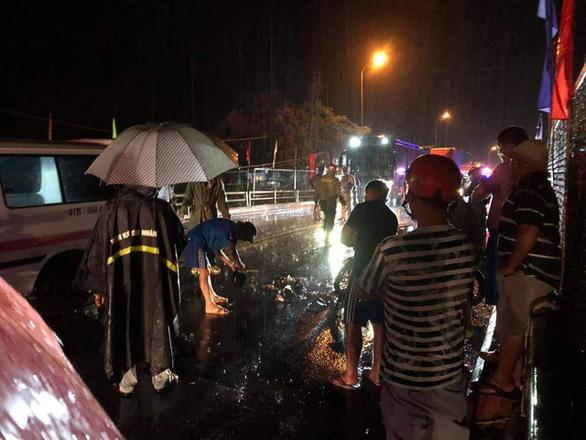 Xe tải tông xe máy, 1 người chết tại chỗ, 1 người dính vào hông xe tải chạy 20km mới biết còn sống - Ảnh 2.