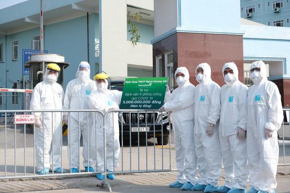 Vietcombank hỗ trợ gần 70 tỉ đồng cho phòng chống dịch COVID-19 - Ảnh 1.