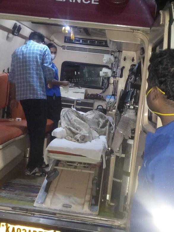 Bị bỏ rơi vì nghi mắc COVID-19, người phụ nữ Ấn Độ suýt thiệt mạng - Ảnh 2.