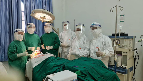 Êkíp bác sĩ TP.HCM đến khu cách ly phẫu thuật bệnh nhân gãy xương hàm - Ảnh 1.
