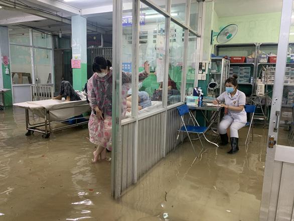 Mưa 3 tiếng, bác sĩ bệnh viện ở Hóc Môn xắn quần lội nước khám bệnh - Ảnh 4.