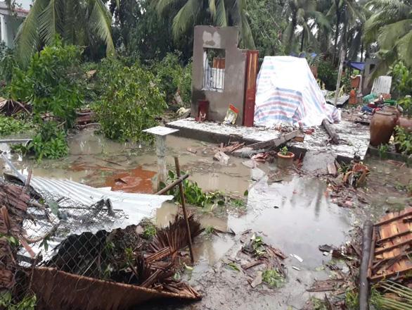 Lốc xoáy gây thiệt hại nhiều nhà cửa, tài sản ở Vĩnh Long - Ảnh 2.