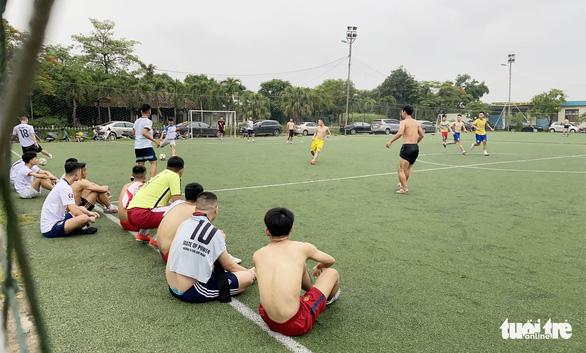 Bất chấp lệnh cấm, nhiều thanh niên tụ tập đá bóng giữa mùa dịch - Ảnh 2.