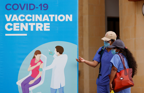Quốc gia châu Âu đầu tiên tuyên bố đạt miễn dịch cộng đồng - Ảnh 1.