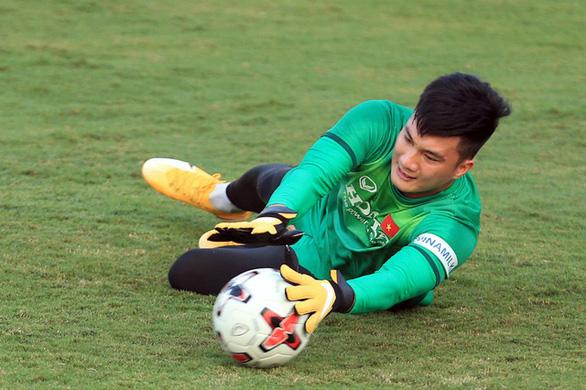 """Đặng Văn Lâm gặp """"sự cố"""", ông Park bổ sung thủ môn Nguyễn Văn Hoàng sang UAE - Ảnh 1."""