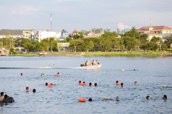 Già, trẻ, bé, lớn kéo ra sông Hương tắm bất chấp quy định không tập trung đông người - Ảnh 6.
