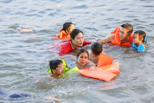 Già, trẻ, bé, lớn kéo ra sông Hương tắm bất chấp quy định không tập trung đông người - Ảnh 3.
