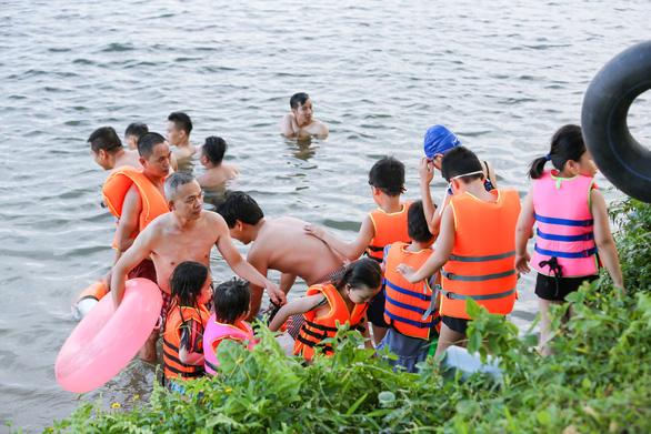 Già, trẻ, bé, lớn kéo ra sông Hương tắm bất chấp quy định không tập trung đông người - Ảnh 2.