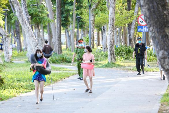 Già, trẻ, bé, lớn kéo ra sông Hương tắm bất chấp quy định không tập trung đông người - Ảnh 5.