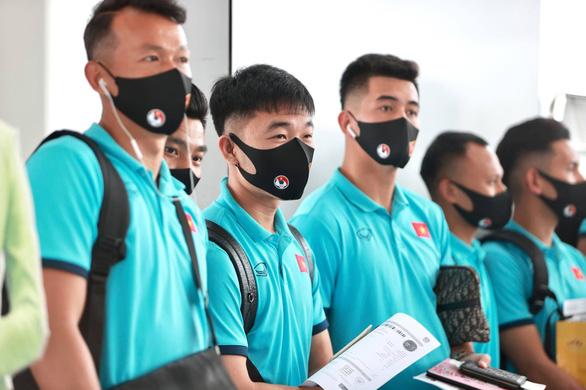 Đội tuyển Việt Nam đến sân bay Nội Bài, lên đường đi UAE - Ảnh 6.