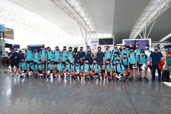 Đội tuyển Việt Nam đến sân bay Nội Bài, lên đường đi UAE - Ảnh 9.