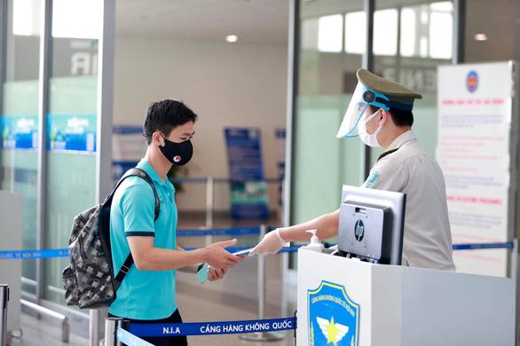 Đội tuyển Việt Nam đến sân bay Nội Bài, lên đường đi UAE - Ảnh 7.