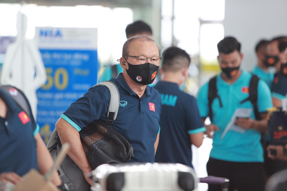 Đội tuyển Việt Nam đến sân bay Nội Bài, lên đường đi UAE - Ảnh 2.