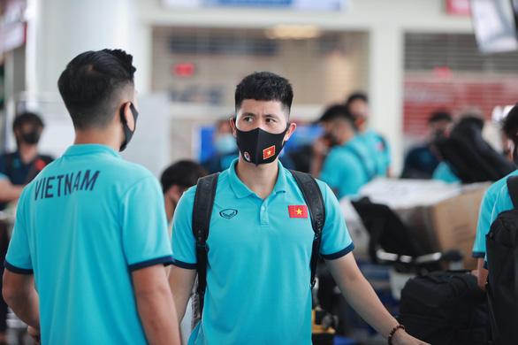 Đội tuyển Việt Nam đến sân bay Nội Bài, lên đường đi UAE - Ảnh 5.