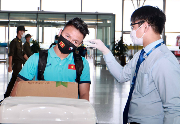 Đội tuyển Việt Nam đến sân bay Nội Bài, lên đường đi UAE - Ảnh 3.
