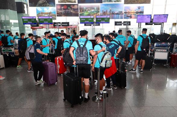 Đội tuyển Việt Nam đến sân bay Nội Bài, lên đường đi UAE - Ảnh 1.