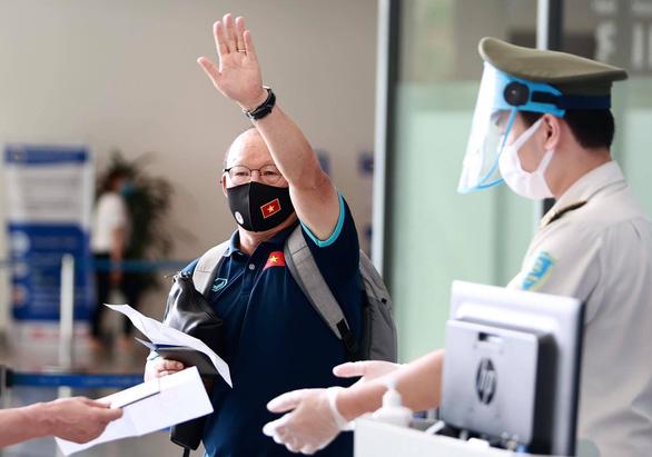 Đội tuyển Việt Nam đến sân bay Nội Bài, lên đường đi UAE - Ảnh 8.