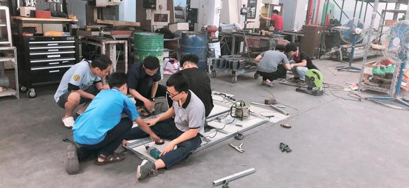 Sinh viên Bách khoa chế tạo máy đo thân nhiệt, nhắc đeo khẩu trang bằng giọng nói - Ảnh 2.