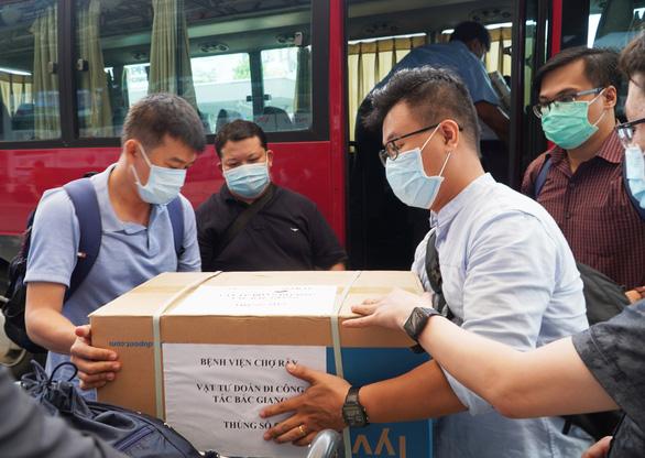 Bác sĩ điều trị cho phi công người Anh tiếp tục lên đường vào tâm dịch Bắc Giang - Ảnh 3.