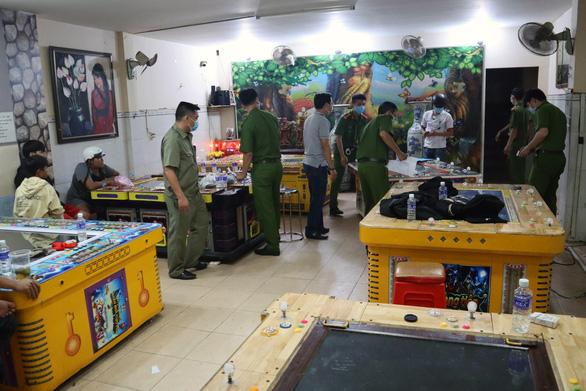 Bất chấp 'lệnh cấm', tiệm game bắn cá đón hàng chục khách đến chơi - Ảnh 1.