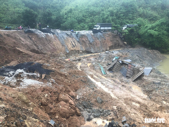 Sạt lở nghiêm trọng đường ven sông Krông Nô - Ảnh 2.