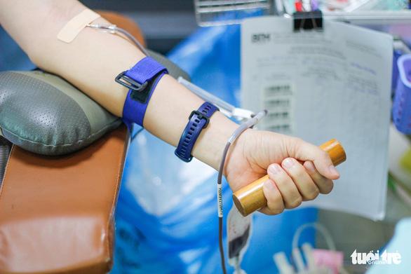Y bác sĩ và người dân TP.HCM hiến máu cứu người trong mùa dịch - Ảnh 4.