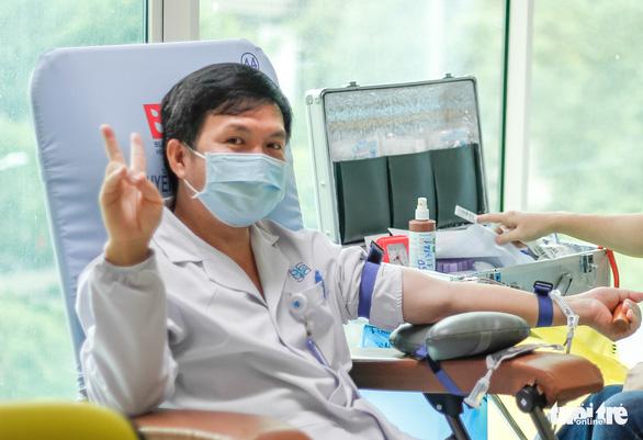 Y bác sĩ và người dân TP.HCM hiến máu cứu người trong mùa dịch - Ảnh 5.