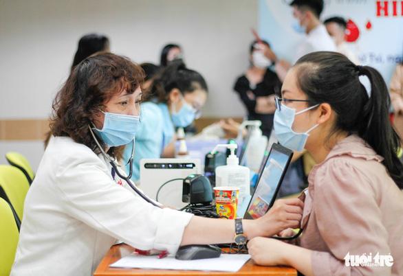 Y bác sĩ và người dân TP.HCM hiến máu cứu người trong mùa dịch - Ảnh 2.