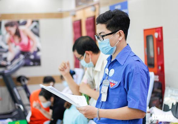Y bác sĩ và người dân TP.HCM hiến máu cứu người trong mùa dịch - Ảnh 6.