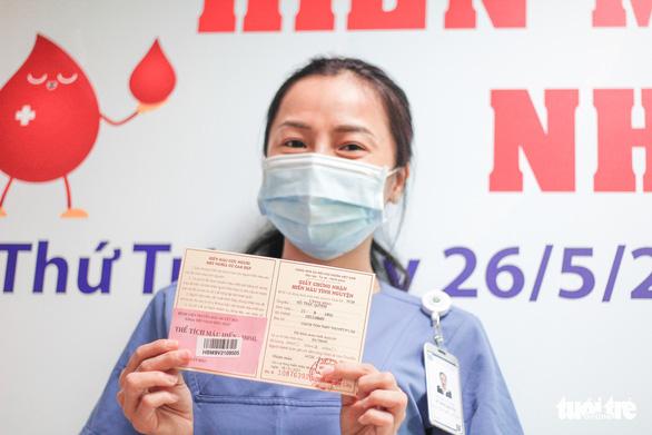 Y bác sĩ và người dân TP.HCM hiến máu cứu người trong mùa dịch - Ảnh 7.