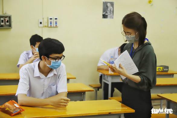 Sáng nay 26-5, hơn 2.600 thí sinh thi vào lớp 10 Trường phổ thông Năng khiếu - Ảnh 1.
