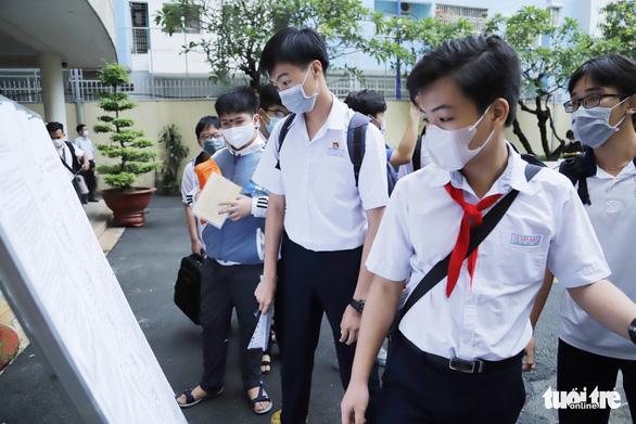 Sáng nay 26-5, hơn 2.600 thí sinh thi vào lớp 10 Trường phổ thông Năng khiếu - Ảnh 2.