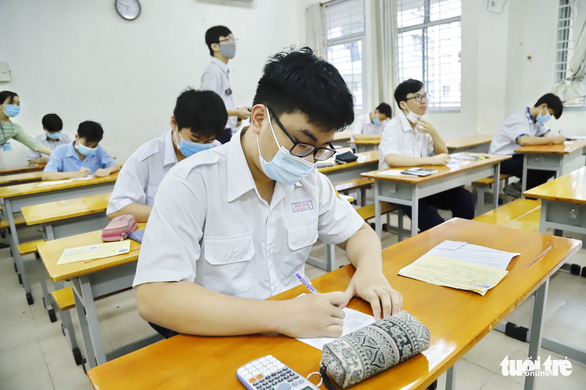 Sáng nay 26-5, hơn 2.600 thí sinh thi vào lớp 10 Trường phổ thông Năng khiếu - Ảnh 6.